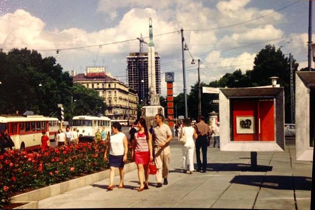 """Середина 1970-х годов. Рига. На перекрестке улицы Ленина и бульвара Падомью. Часы, монумент Свободы, стройка гостиницы """"Латвия"""""""
