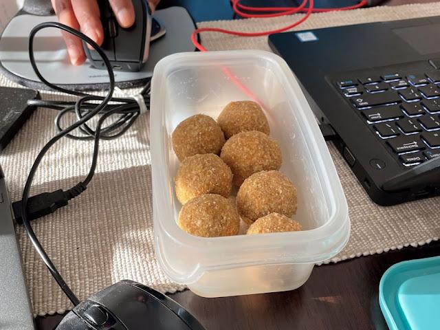 Ariyunda   Sweet Rice and Coconut Balls