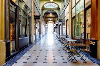 Paris : Galerie de la Madeleine, atmosphère surannée, élégance préservée de l'un des passages couverts les plus récents - VIIIème