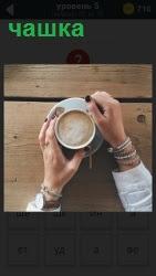на столе в руках чашка с кофе 800 слов на 5 уровне