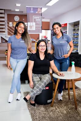 Fotografia da proprietária da loja Curumins Silva Calçados, Simone Silva, junto à sua equipe. Foto de Romilson Almeida, do Guia Ponto Novo