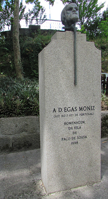 estátua de Egas Moniz em Paço de Sousa