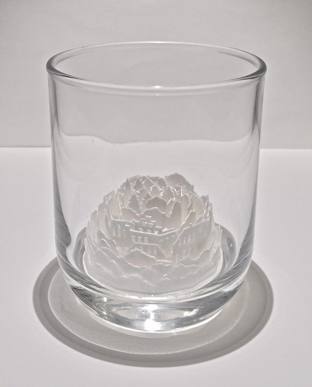 Ciudades de papel encerradas en vasos de vidrio por Ayumi Shibata