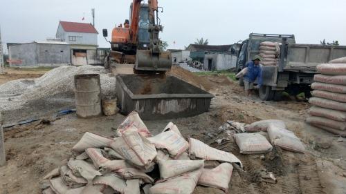 Hà Tĩnh: Trộn bùn đất với bê tông để thi công công trình có vốn của nước ngoài
