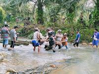 Pemerintah Lamban, Masyarakat Jiran Tetangga Bantu Air Pasak Bangun Jembatan