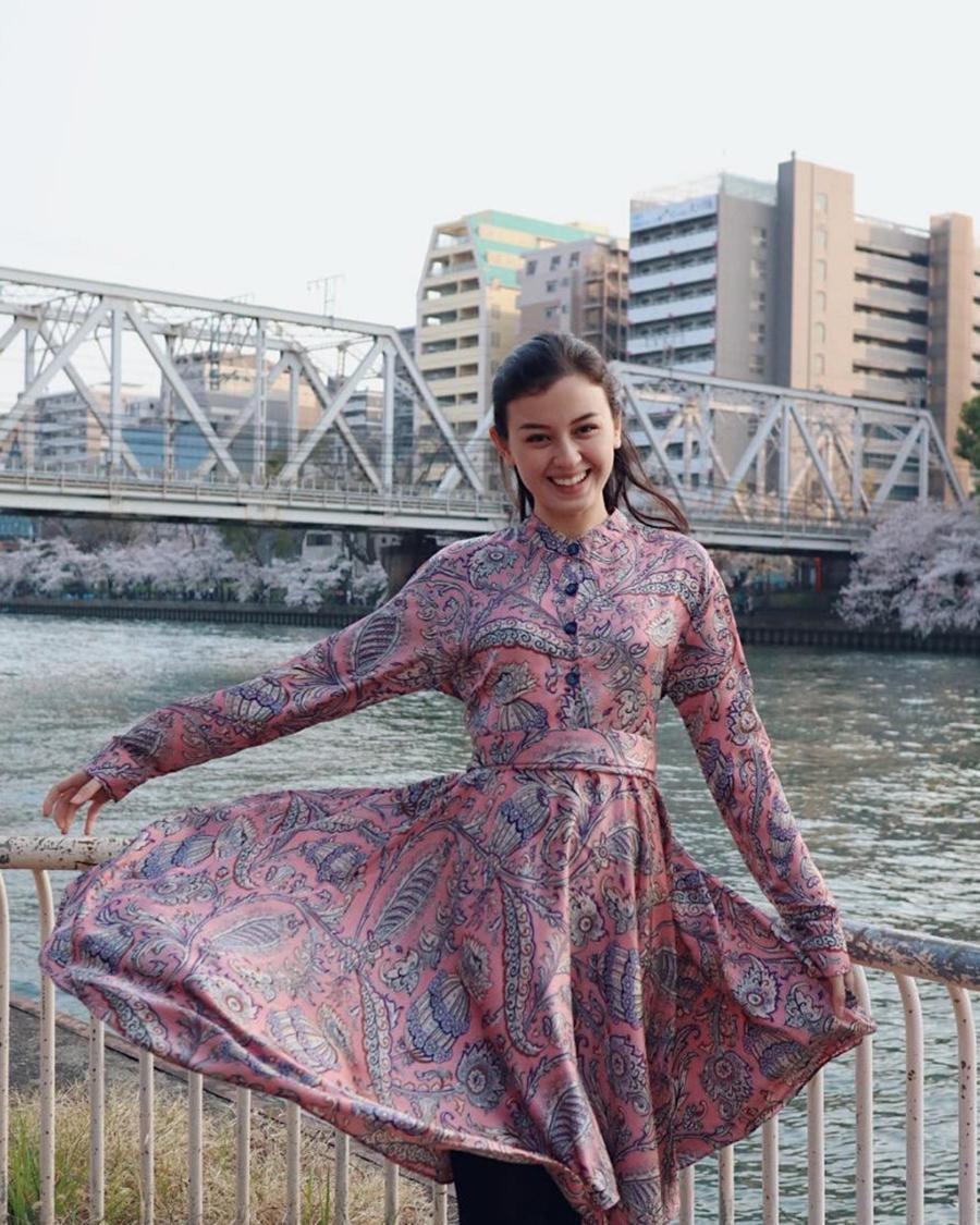 Kimberly Rider manis foto dekat jembatan