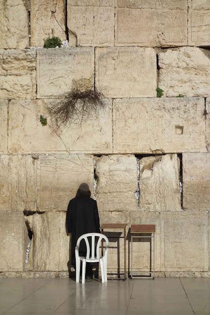 Chaque jour cet homme vient prier devant le mur à Jérusalem