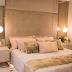 Suíte contemporânea com closet integrado decorada em tons neutros e rosê!