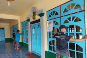 Wujudkan Kenyamanan Ibadah Ramadhan, Prajurit TNI Bersama Warga Bersihkan Masjid