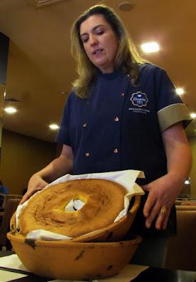 chef de pastelaria com um pão-de-ló