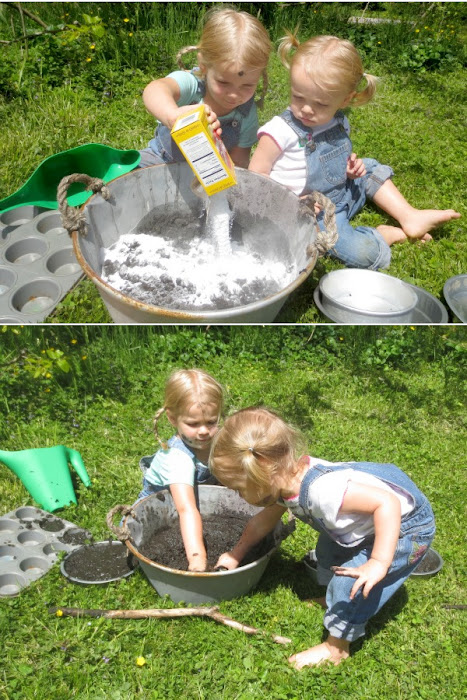 Wow all ages and make MAGIC mud!  It bubbles and fizzes as kids play! #magicmud #mudpierecipe #mudplayideas #fizzingmud #bakingsodaexperimentsforkids #growingajeweledrose