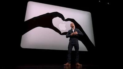 新型MacBookAirの発表風景