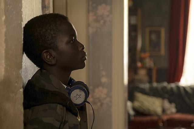 Ibrahima Gueye como Momo. Fotograma de Netflix.