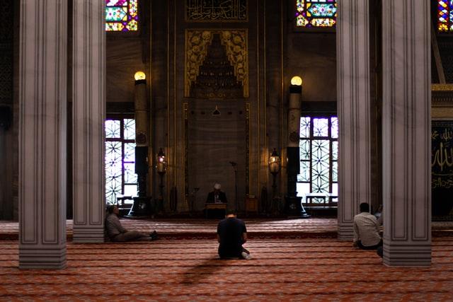 Foto orang yang sedang bermunajat di dalam mesjid
