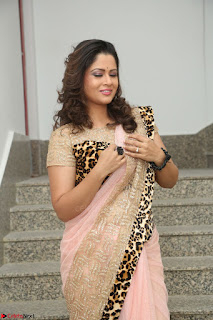 Shilpa Chakravarthy in Lovely Designer Pink Saree with Cat Print Pallu 026.JPG