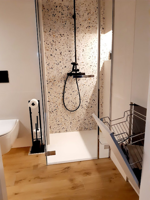 gres terrazzo hika; kabina prysznicowa na wymiar; wnęka na kosmetyki podświetlana; szafka na pranie; meble na wymiar