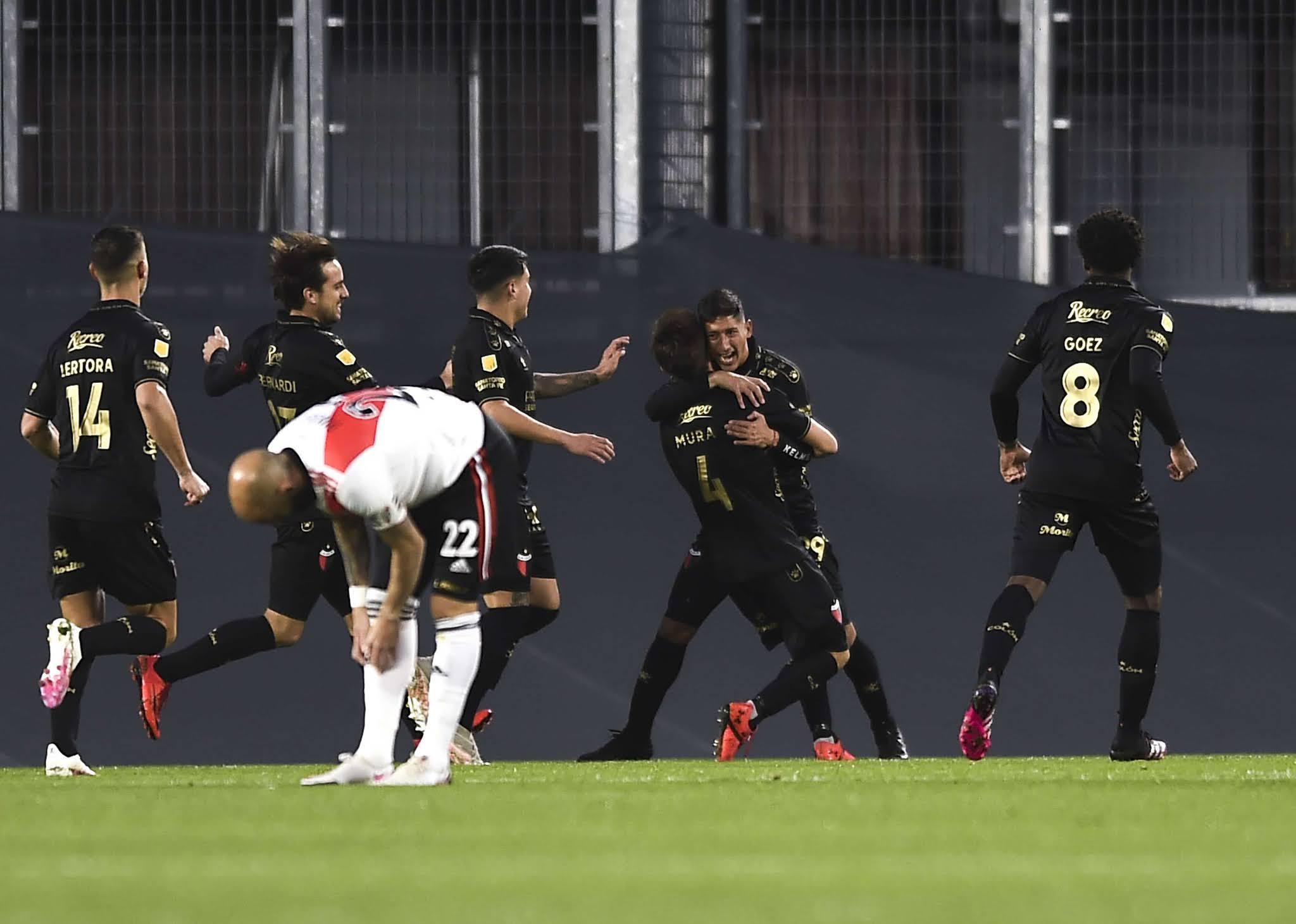 El River alternativo padeció a un campeón Colón efectivo para una derrota justa en el Monumental