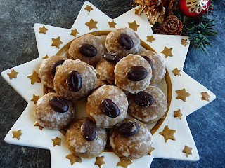 http://schokoladen-fee.blogspot.de/2013/12/nougatstangen-und-mokkaplatzchen-von.html