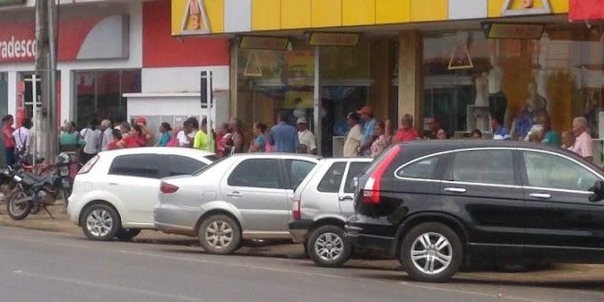 Idosos se aglomeram frente a bancos para receberem benefícios, em Ji-Paraná
