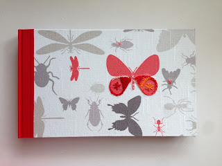 cuaderno con insectos bordado