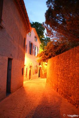 Le strade ormai deserte della cittadella di notte