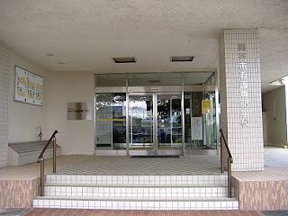 岡谷市看護専門学校は糸魚川-静岡構造線の活断層上にある。