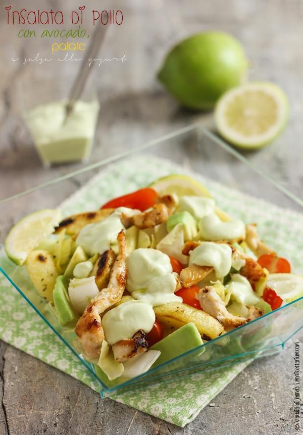 Insalata di pollo con avocado, patate e salsa allo yogurt