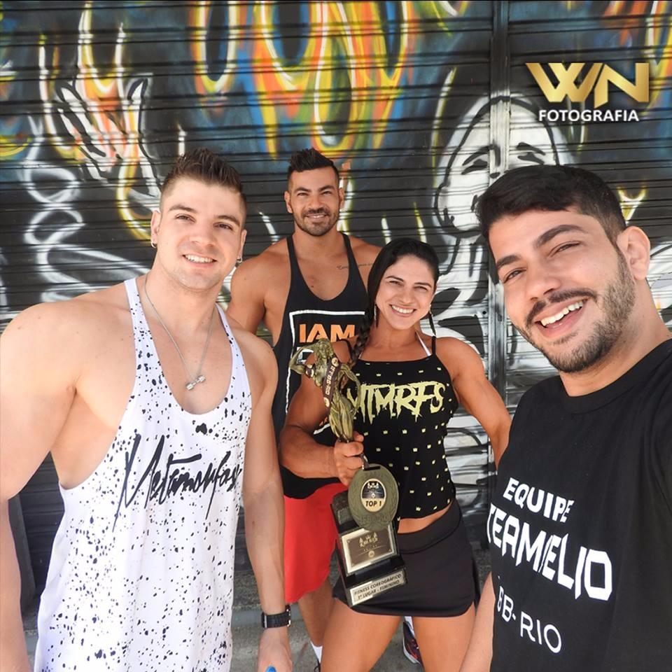 Fotógrafo William Netto faz selfie com os atletas Igor Kreischer, Breno Neves e Michelle de Souza. Foto: Arquivo pessoal