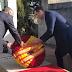 Sánchez mancilla las tumbas de Azaña y Machado con una corona rojigualda