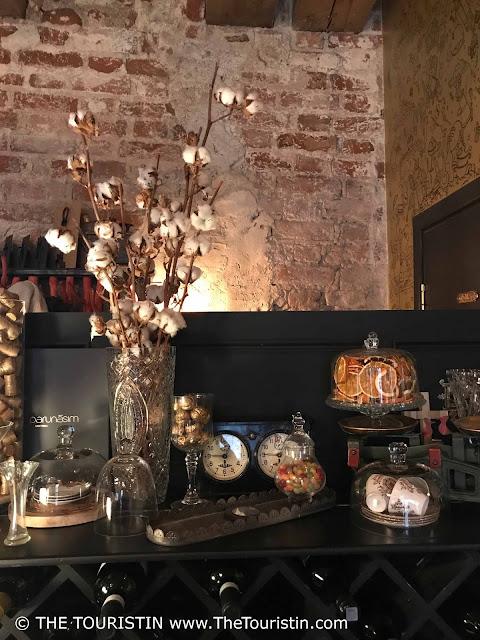 Parunāsim kafe'teeka. Mazā Pils iela 4, Centra rajons, Rīga Decoration