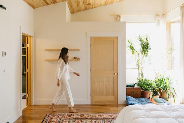 ห้องนอนโทนสีขาวและน้ำตาลจากไม้