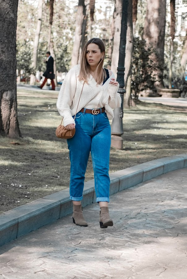 Outfit con cardigan y mom jeans