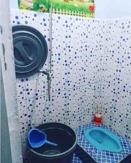 Desain kamar mandi sederhana dengan kloset jongkok dan shower