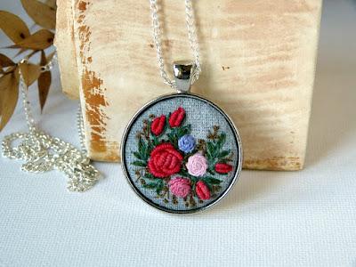 naszyjnik z haftem, wyszywany, haftowany, biżuteria vintage, medalion z haftem