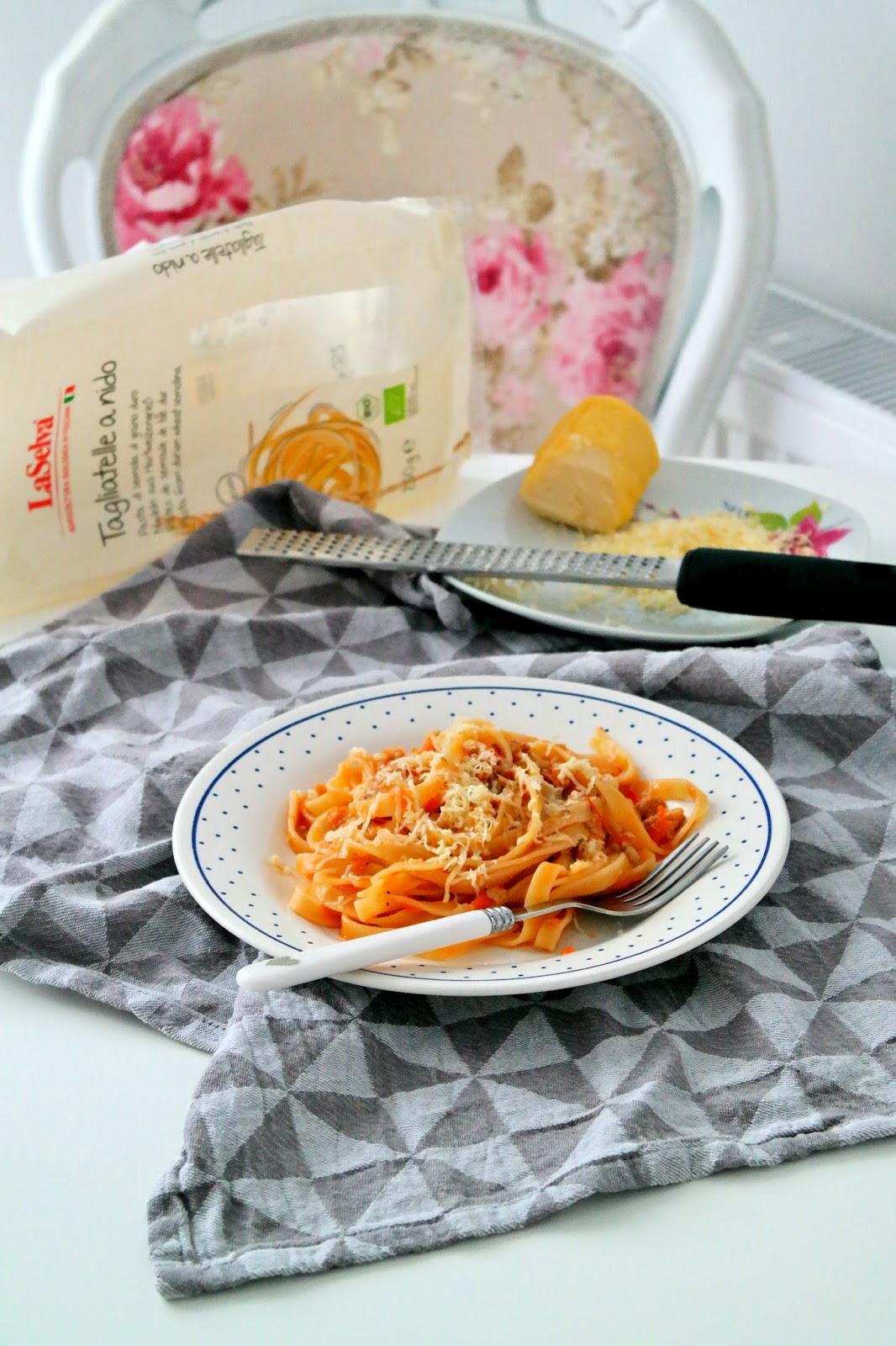 makaron z sosem mięsno pomidorowym