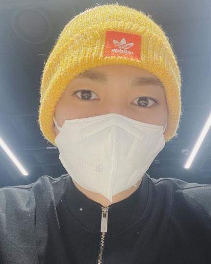 NU'EST Aron boasted his handsome look behind the mask in his latest Instagram update.