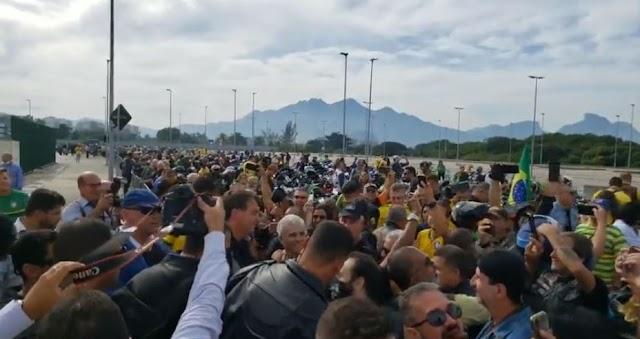 Bolsonaro provoca aglomeração no Rio neste domingo, 23