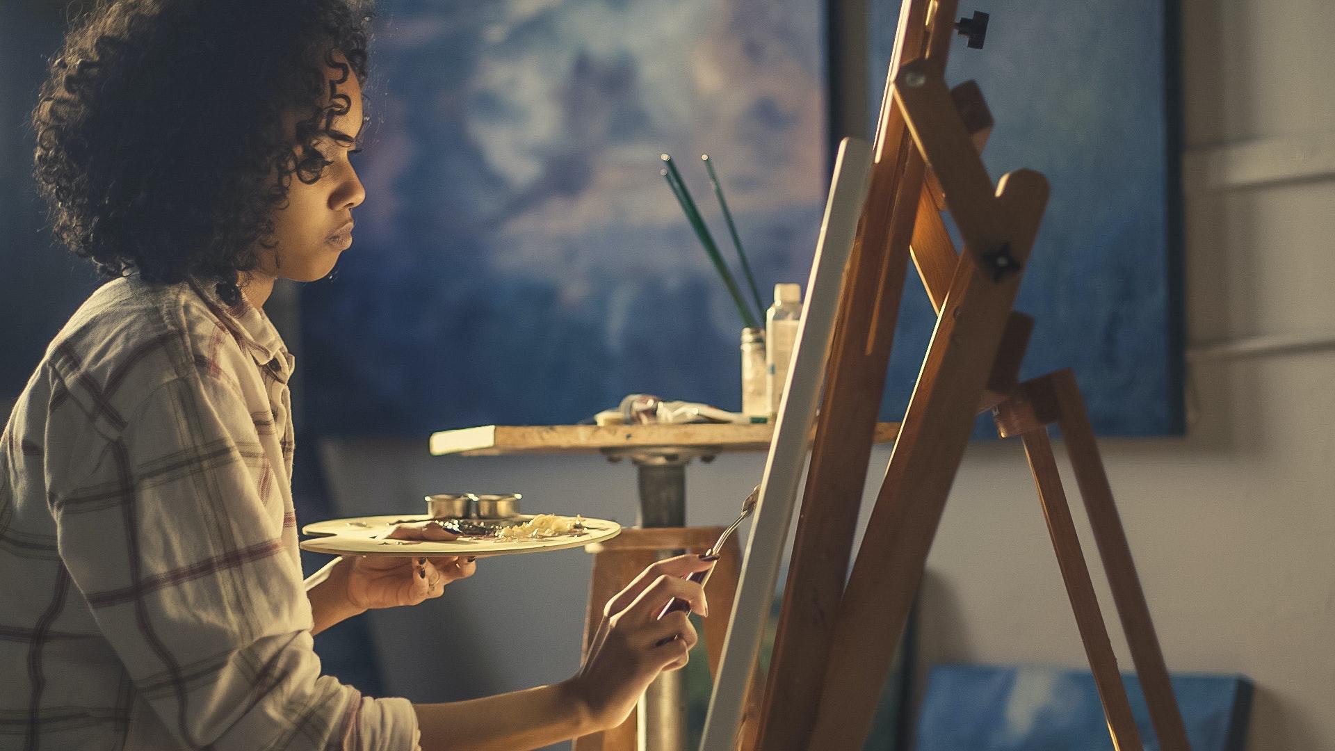 صورة لولد وضع أمامه أدوات الرسم خاصته ليشرع في الرسم والتلوين