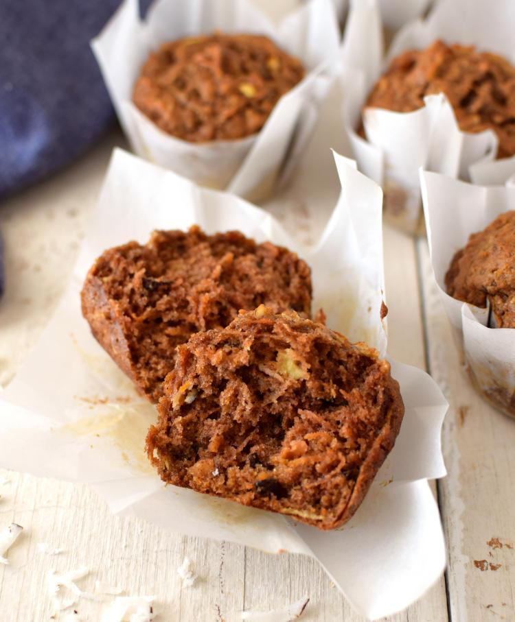 El interior de los muffins integrales, húmedos y suaves, vista del corte