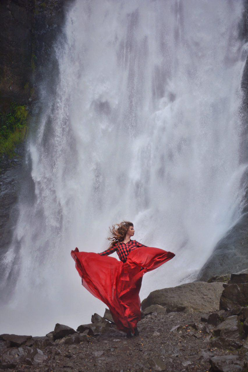 фотосессия в платье на фоне водопада