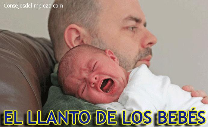 Padre con bebé en brazos llorando