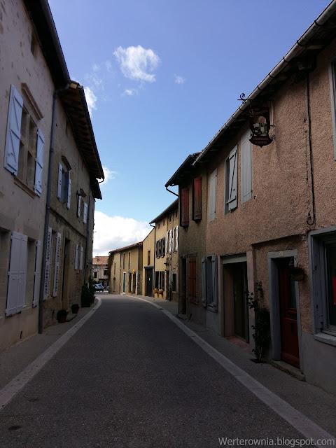 Ulica we Francji ukazana z ciekawej perspektywy