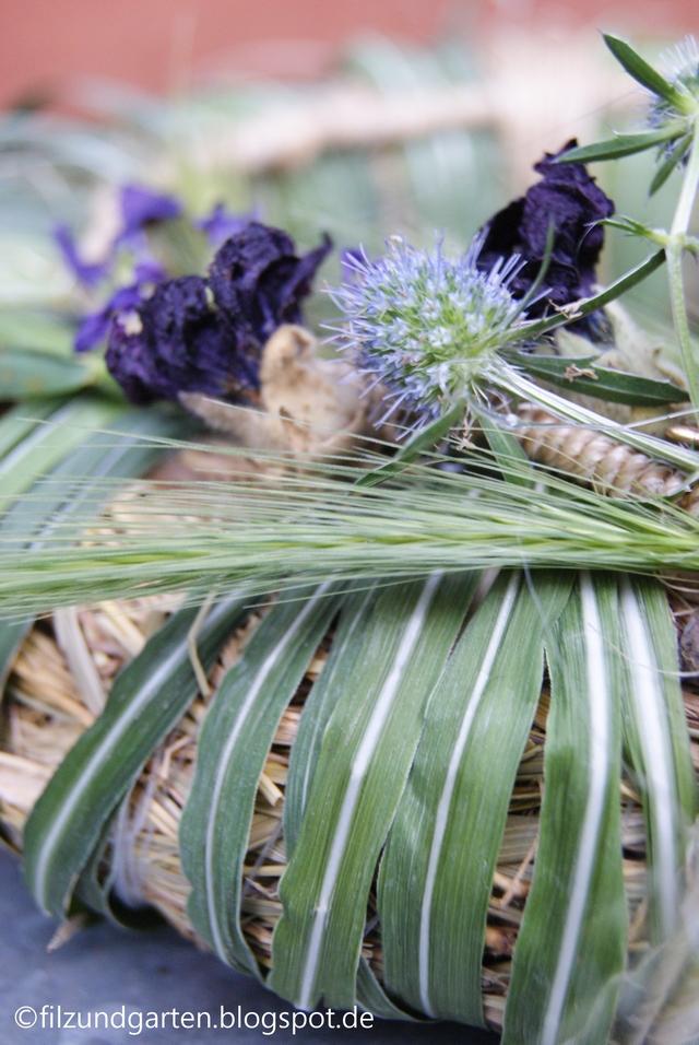 DIY - Sommerlicher Kranz mit getrockneten Stockrosen-Blüten