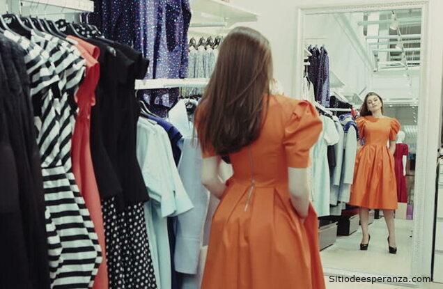 Mujer probándose un vestido