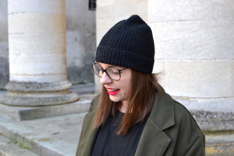 bonnet noir Etam, manteau kaki Sheinside