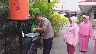 Waspada Virus Covid-19, Polres Solok Kota Sediakan Hand Sanitizer dan Tempat Cuci Tangan di Pelayanan Publik
