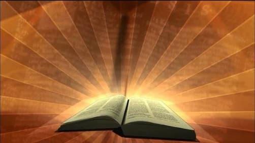A imagem mostra uma Bíblia aberta