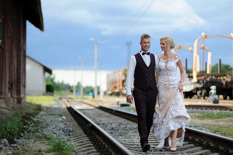 vestuvių fotosesija Plungės Geležinkelio stotyje