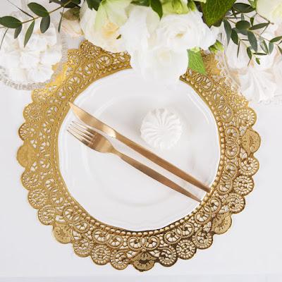 Złote eleganckie podkładki pod talerze