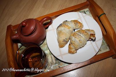 Croissants con marmellata di pesche e prosciutto crudo